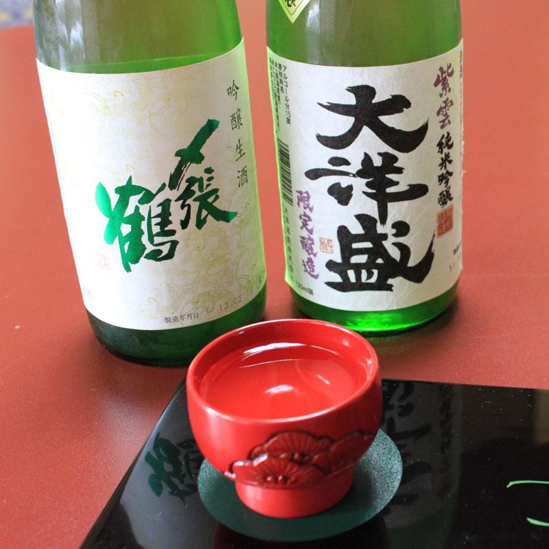 清らかな三面川の伏流水に恵まれ、背後に上質の酒米産地を持つ村上は、伝統の酒処です。気候風土に恵まれ、全国的に名高い越後杜氏の職人の技によって醸される村上の地酒は、美酒、銘酒として高い人気を誇っています。毎年11月末日より新米による仕込みが始まり、江戸時代からの伝統の重みを受け継いだ職人たちの技による銘酒が、誕生します。
